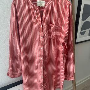 Lækker skjorte fra Lollys Laundry i str. M. Stribet i rød og hvid med sølvtråd. Stor i størrelsen.