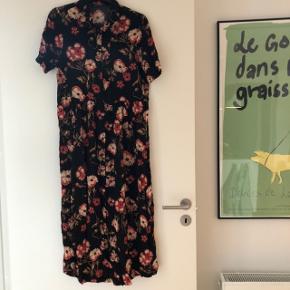 Flot blomstret kjole med knapper og korte ærmer fra ZARA. Brugt få gange og fremstår i pæn stand. Str. M. Bytter ikke.