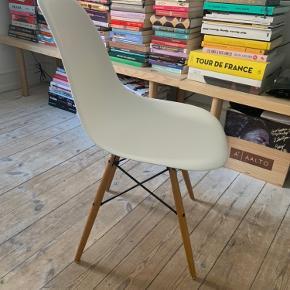 Sælger denne Eames stol med træben da jeg ikke bruger den længere. Stolen har tegn på brug (se billeder). Bytter ikke.