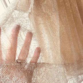 Blondenederdel, str. 38 ( 36), Heartmade,  Smukkeste nederdel i gyldne blonder. Fint foer.  1500.- Nypris 4000.- Kun prøvet på. Knapper/lynlås bagpå.  Kan ses i Rungsted.
