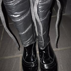 Super lækre Tommy Hilfiger støvler - det nederste er lak og det øverste er dun