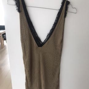 Rigtig flot top fra Zara med sort blonde i kanten 🌿 som man kan se på billede 3, er stoffet sprunget en smule op nogle steder, men ikke noget man ligger mærke til når man har den på - men derfor jeg er nødt til at sælge den ekstra billigt 😉