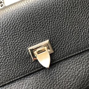 Sælger min fine Decadent Medium Satchel bag, da jeg desværre ikke får den brugt.  Tasken har en meget lille ridse i læderet foran (se første billede)   Byd gerne.   Ellers er tasken velholdt og i rigtig god stand.