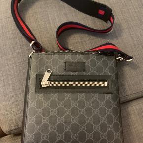 Hej, sælger denne her mega fede Gucci messenger bag. Den er kun 3 måneder gammel, min pris ligger på 4250kr og du betaler fragt.  Har alt man for med af kvittering, har det hele, skriv for flere billeder👍