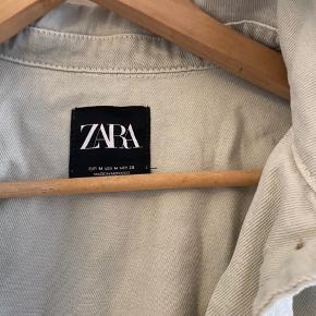 Denim jakke fra zara i støvet grøn - brugt få gange