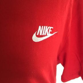 Smart rød bomulds t-shirt. Kun brugt få gange - fremstår derfor som ny. Bytter ikke. Se også mine øvrige annoncer. (11)