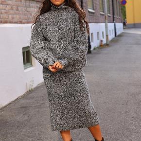 Lækkert stik-sæt, aldrig brugt Der er elastik i taljen i nederdelen. 35 % Polyamide - 35 % Viscose - 30 % uld. Dejlig varm...