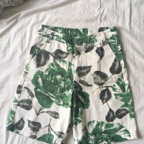 Lækre Ganni shorts. Passer nok en str. S. Prøvet på men aldrig brugt.