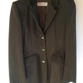Figursyet lang jakke fra Sportmax i str. 40. Jeg har brugt den få gange, da jeg er kommet til at købe den for lille, i håb om at jeg tabe mig, meeen... NY PRIS !!!
