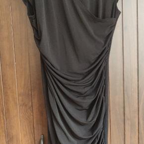 Der er elastik i kjolen, så den former sig efter din krop.