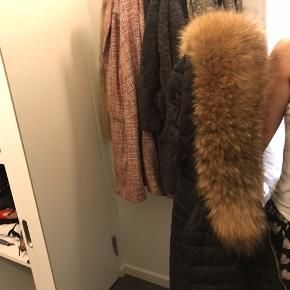 Pelsen er ægte ræv, købt hos PelsOnline og kun brugt få gange. Den kan slænges over diverse jakker og frakker. Lige nu sidder den på hætten af en jakke, som den nemt kan tages af. Pelsen er fyldig, lækker og velholdt.