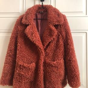Lækker blød, teddy jakke fra H&M 🐻🌸  Str. 38 (fitter str. 36, for et lidt oversized look)