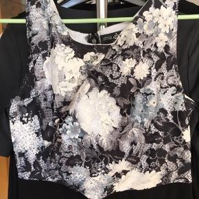 Kjole fra Little Mistress London i str. 36  Shell: 100% polyester. Lining: 96% 4& elastane  Cirka mål: Længde (fra hals til hæm): 85 cm Talje: 33,5 cm