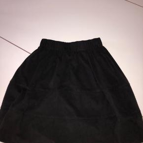Suede nederdel i sort