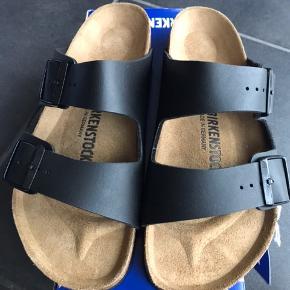 Arizona er en ægte klassiker. Mode og funktionalitet kombineres i perfekt harmoni på denne elegante sandal. Den individuelt indstillelige rem på sandalen er fremstillet af holdbar Birko-Flor.  Den passer til en normal/bred fod   Str. 36: 23 cm Str. 37: 24 cm Str. 38: 24,5 cm Str. 39: 25,0 cm Str. 40: 26 cm Str: 41: 26,5 cm Str: 44: 28,5 cm  450,- pp m forsikret fragt på 37,- via mobile pay eller TS 511,- inkl.  Sendes med Dao uden omdelt hvis ikke andet er aftalt.