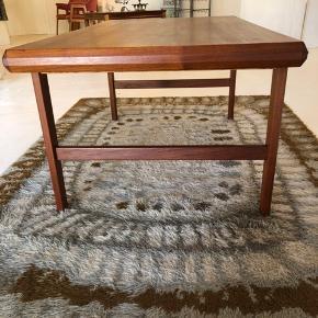 Det fineste sofabord i massiv teak. Klassisk 60'er design. I uhyre flot stand. Findes ikke flottere.  Længde 123cm Bredde 58cm Højde 55cm