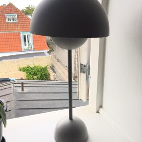 Flowerpot bordlampe i lysegrå.  Har lidt brugsspor.