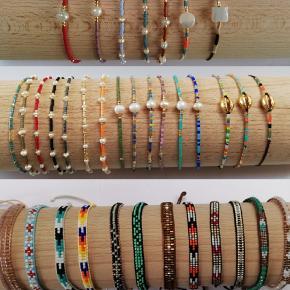 Håndlavet armbånd Perlerne er helt naturlige og derfor kan de variere i form og størrelse.   Kan sendes med Postnord som brev for 10kr,(ingen forsikring)