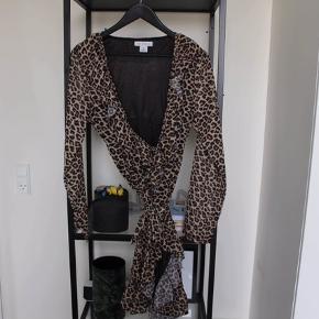 Slå om kjole med leopard print fra Trendday