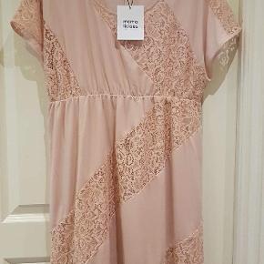 Kjole fra Mamalicious i farven peach og str. L.  Aldrig brugt og stadig med prismærke. Sælges for 150 kr., normalpris 329.95 kr.  Sender gerne