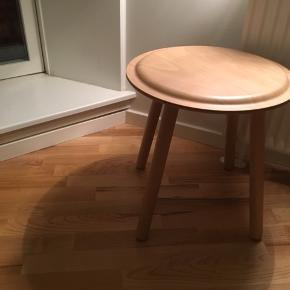 Ikea bord/skammel to år gammelt, har brugt ridser i lakken men ellers god stand, Byd