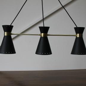 """IKEA lampe i stilnovo stil, model """"Arjeplog"""". Lavet i forbindelse med jubilæum.  Måler 75 cm B.  Står med lidt brugsspor.  Pendel. Dansk design. Retro. Vintage."""