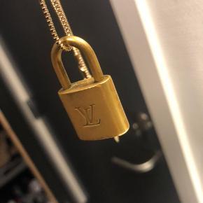 LV halskæde unisex  Nøglen er ved en ven, henter den self ved køb.