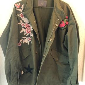 Smuk ICHI jakke med flotte detaljer med broderede blomster og guld detaljer.  Oversize i str. M/L