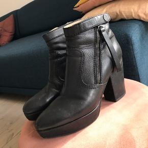 Fede acne støvler. Brugte - og deraf slid. Særligt på hælen, som man dog måske kan få 'ompolstret'?. Giv et bud :-)