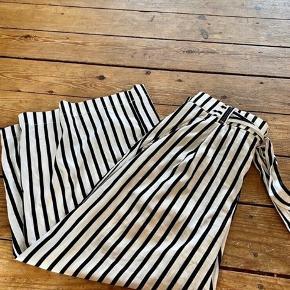 Zara bukser L  Længde: 86 skridt: 55 -fast pris -køb 4 annoncer og den billigste er gratis - kan afhentes på Mimersgade 111 - sender gerne hvis du betaler Porto - mødes ikke andre steder - bytter ikke