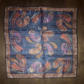 Fantastisk smuk og unik lommeklud i 100% fint italiensk silke fra eksklusive Brioni af. Købt i Italien, lavet i Italien og kostede 2.200kr for ny. Benyttet én gang til et særligt arrangement. Fejler absolut intet.