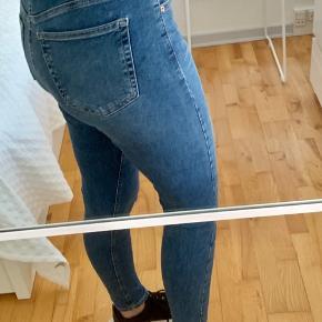 """Sælger mine helt nye Topshop jeans. Brugt 2-3 gange.   Sælger udelukkende da de er købt lige til den store side.   Det er den populære model """"Jamie""""  Med stretch, sidder pænt til kroppen.  Str. 30  100 kr."""
