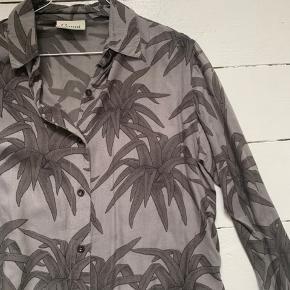 Palmesæt fra ganni. Der er et lille hul ved kraven på skjorten, men det ses ikke udefra. Og der er et lille hul på det ene bukseben. Begge dele kan ses på billederne 😆