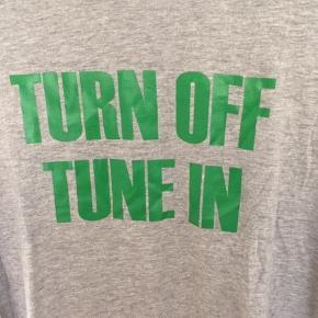 Ny og ubrugt T-shirt fra MB i st Large/Grå  Jeg har også en Sort og en Rød i st. Medium til salg. MP pr. stk. 100,00pp Bytter ikke.