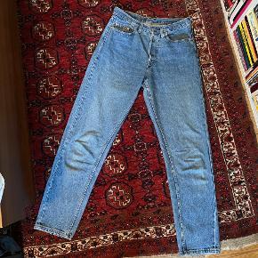 Flotte vintage Levis jeans, farven er klar blå som på det første billede. Der er hverken model eller størrelse skrevet i, men de svarer til en L. De er SUPER højtaljede og lidt mom-jean agtige i looket. I god vintage stand!