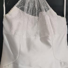 Konfirmationskjole fra Lilly str. 38. Gulvlang og lynlås i ryggen. Super flot model med høj blondehals og blondestof rundt i kanten. Sælges billigt da den har brug for en rens!