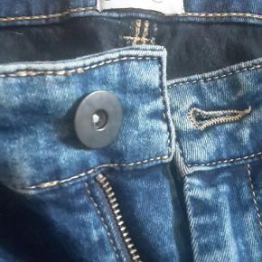 Fine og behagelige jeans med stretch.  Mål:  Hofte: 2x 48 cm.  Indvendig benlængde: 77 cm.   Skriv gerne for flere mål.