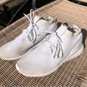 Adidas Tubular sneakers, størrelse 44 2/3. Uncaged. Ikke blevet vasket før billederne blev taget, så de kan nok godt komme til at se pæne ud igen.