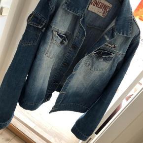 Varetype: Cowboy jakke, denim jakke Størrelse: 14år Farve: Blå  Der står str 16 år i den. Men synes det svarer til str 14/15 år