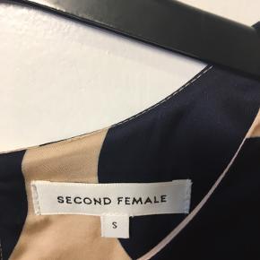Dejlig blød og meget fin bluse fra Second Female. Pudderfarve som grundfarve med marineblå cirkler.