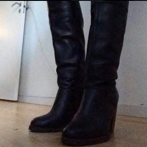 #30dayssellout  Et par virkelig lækre, sorte ægte læderstøvler med hæl fra H&M.  Støvlerne er et par år gamle men aldrig brugt, så der er absolut intet slid/brugsspor. Læderet er super lækkert og blødt og hælen er i en fin brunlig farve med en god højde.  Jeg gav 1.000 kr. for dem.  Hvis de skal sendes, betaler køber fragt.   Hilsen Betina Thy