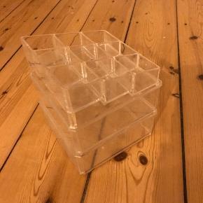 Plexiglas beholder til opbevaring af makeup, smykker eller andet småt. Brugt i et par år, så har en del ridser