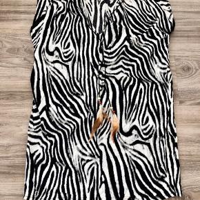 Super flot sommerkjole i smukke zebrastribede farver, med tilhørende halskæde med fjer.  Super sødt look når den kommer på.  Den er enkel, men virkelig sød og festlig. Den er til den korte side.  Lækkert stof.  Købt på Ledreborg livstilsmesse til kr. 350,- på tilbud.  Mp: 150,- pp Bruger gerne mobilepay.  Se også mine andre 50-70 annoncer.