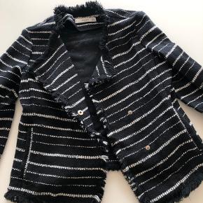 Cardigan/jakke/blazer fra Mango med fine detaljer. Brugt få gange - sælges derfor :)