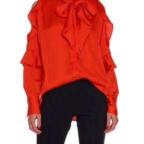 Orange/rød skjorte med fine detaljer, str. 34 (stor i str. Passes også af en 36/38 så er den mindre loose) Aldrig brugt -nypris 1799 kr mp. 750 kr via mobilpay pp. Bytter ikke.