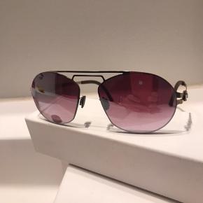 Superflotte solbriller mærke OVVO  Aldrig brugt. Købt lidt for store. Lækkert optisk glas med lidt spejleffekt. Bytter også gerne til noget andet:) tøj, parfume eller øreringe  Nypris 2500kr  Kom med bud eller bytte