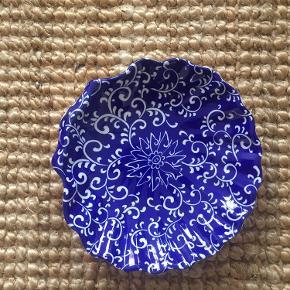 Sød muslingeskål med hvidt mønster og blå farve.