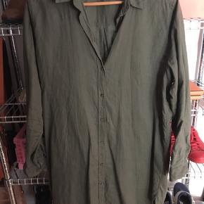 Skjorte kjole i armygrøn. Bomuld/hør-agtigt stof