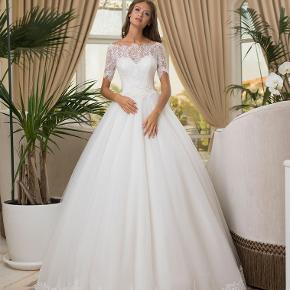 Smuk Prinsesse brudekjole. A-Line model. Brudekjolen har været brugt til brudekjole prøvning i lukket butik.  Prisen er sat derefter, kjolen fejler intet og har aldrig været oppe at kirkegulvet endnu.   Mærke : Hadassa Str 36 men passes af en str 36/S. til 38/m pgr af snørre i ryggen.   Såå smuk kjole skal ses!  Oprindelig købspris 10.500,- Så her kan du spare masser penge på din drømmekjole!