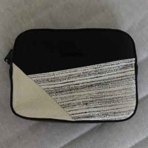 Rigtig fin størrelse clutch i imiteret læder. Den har aldrig været brugt.  Størrelse: H 12cm L 16cm B 4cm
